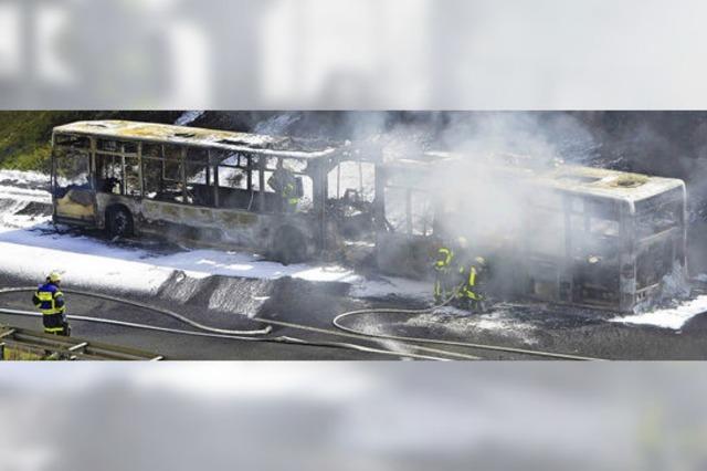 Gelenkbus brennt auf A 98 völlig aus