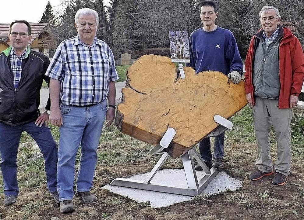 Eine Holzscheibe mit Informationstafel...er, Manfred Huber und Georg Dockhorn.   | Foto: wolfgang adam