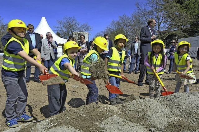 Kita-Kinder machten den Spatenstich für die neue Freiburger Rathaus-Kita
