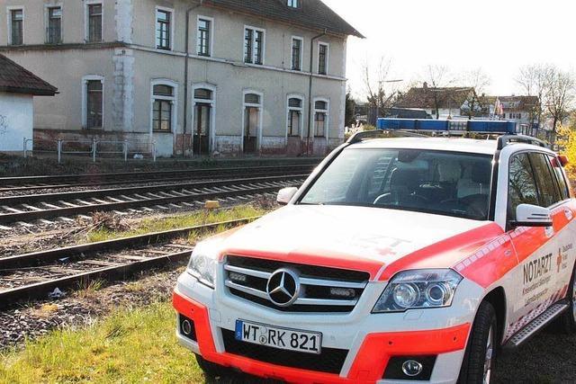Fußgänger überlebt Kollision mit einem Zug