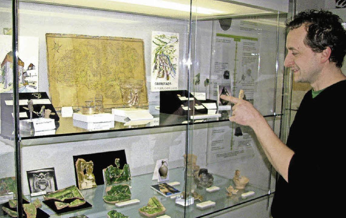 Klein, aber fein: Museumsinitiator Mar...esichert in gesponserten Glasvitrinen.  | Foto: Manfred Lange