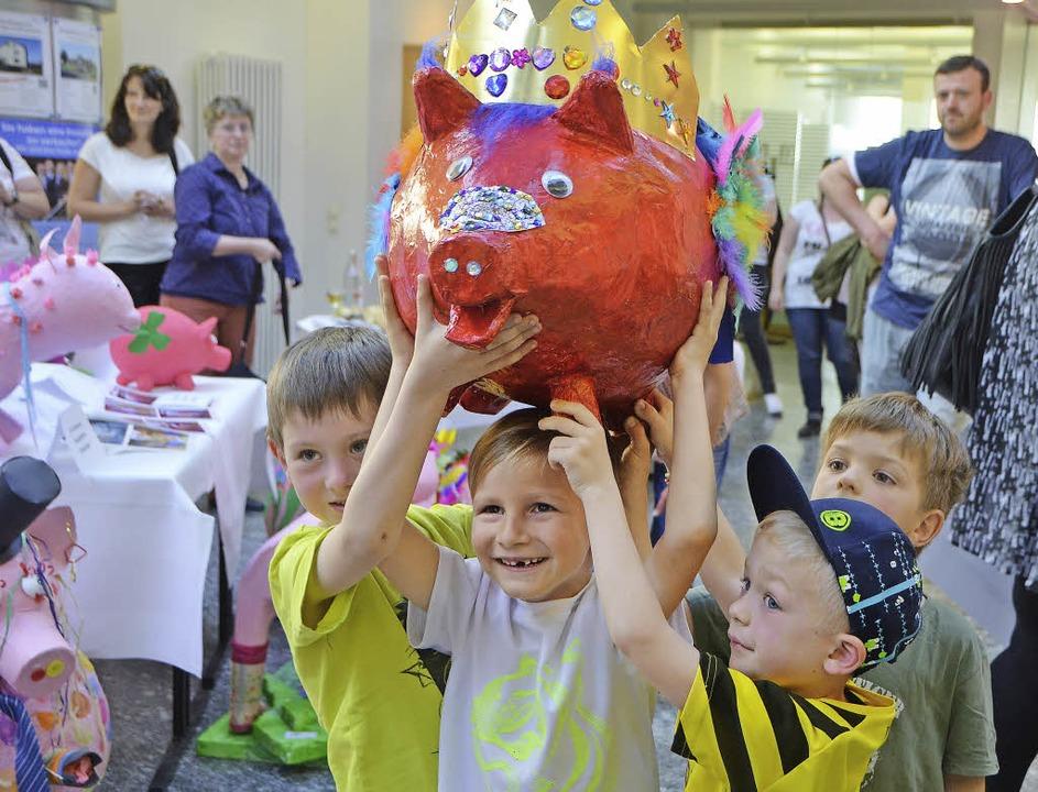 Stolz präsentieren die jungen Künstler...und damit das beste im Landkreis war.   | Foto: Sylvia-Karina Jahn