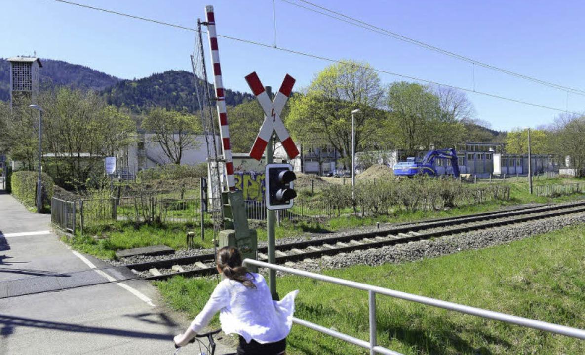 Zwischen den Bahngleisen und den Pavil...ahnübergang Ebneter Straße zu sehen.      Foto: Ingo Schneider