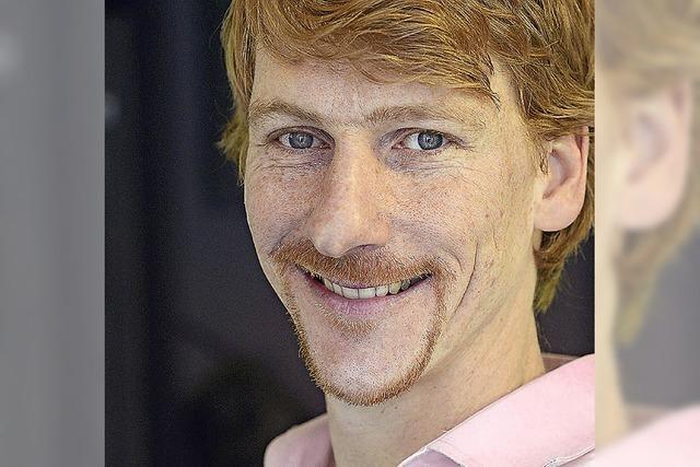 Philipp Nägele führt ein Theaterstück im Club