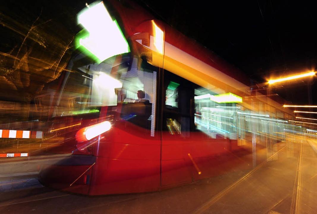 Die Straßenbahnen sind nachts voll, der Anschluss in Freiburgs Dörfer Tho   | Foto: Thomas Kunz