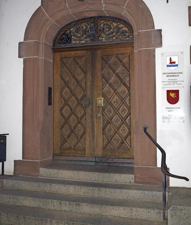 Das Rathaus Brombach soll links des  E...ttels Treppenplattformlift  erhalten.   | Foto: Paul Schleer
