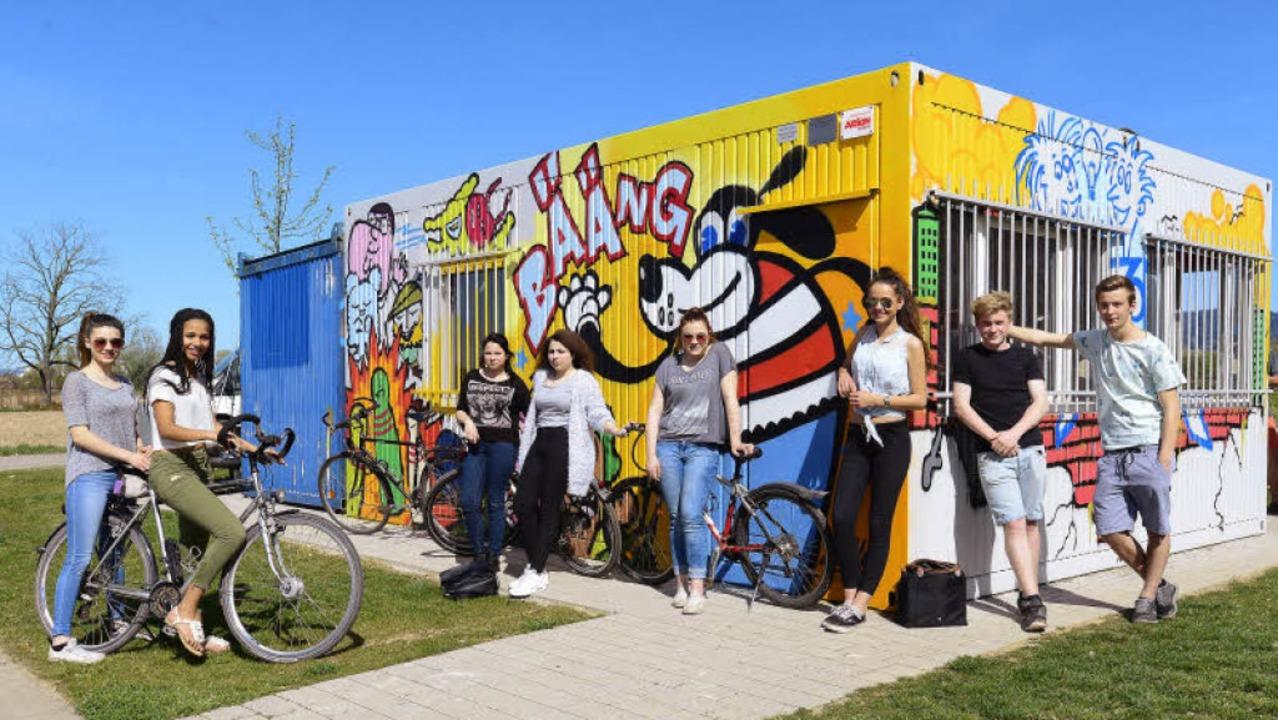 Die Rieselfelder Jugendlichen freuen sich aufs Abhängen am neuen Container.   | Foto: Ingo Schneider