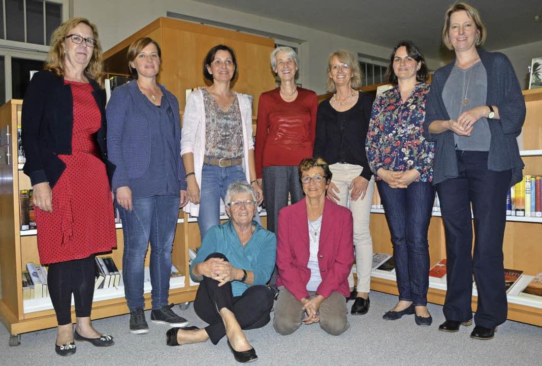 Gruppenbild nur mit Damen: der neue Vo... des Freundeskreises  Stadtbibliothek   | Foto: Barbara Ruda
