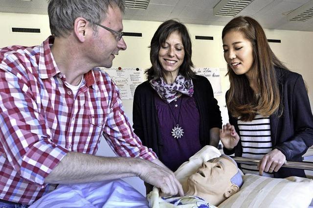 In der Altenpflege werden Mitarbeiter gesucht - die Ausbildung kann man auch in Teilzeit absolvieren