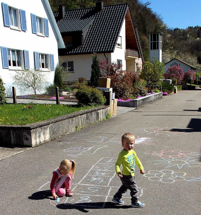 Marie und Nik nutzen den ersten Sommer...t, um auf der Schulstraße zu spielen.   | Foto: Helmut Kohler