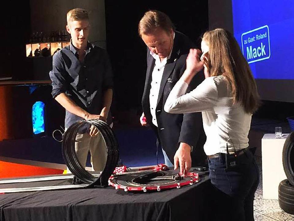 Roland Mack erklärt die Gesetze des Loopings.     Foto: Joachim Röderer