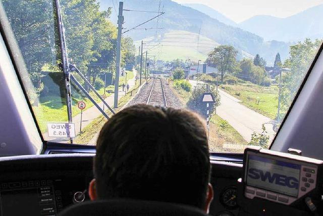 Fahranfänger überlebt Unfall mit Zug auf Bahnübergang