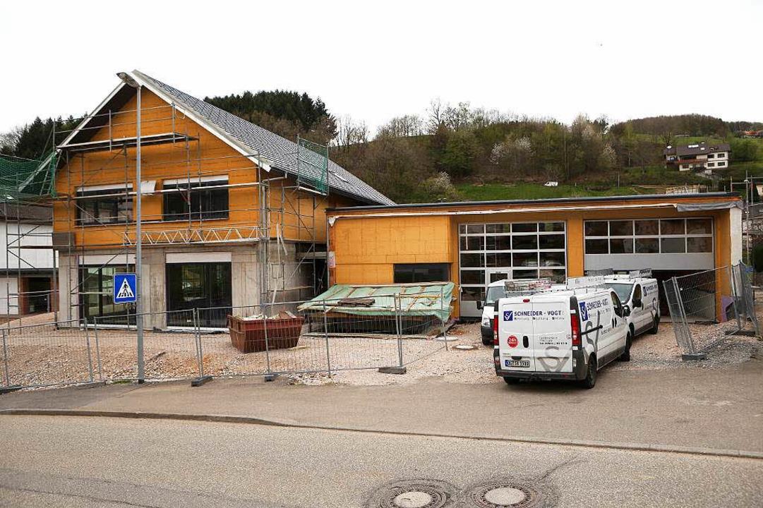 Die Arbeiten fürs Bergdorfhaus in der ...e Schweighausen laufen auf Hochtouren.  | Foto: Christoph Breithaupt, Christoph Breithaupt