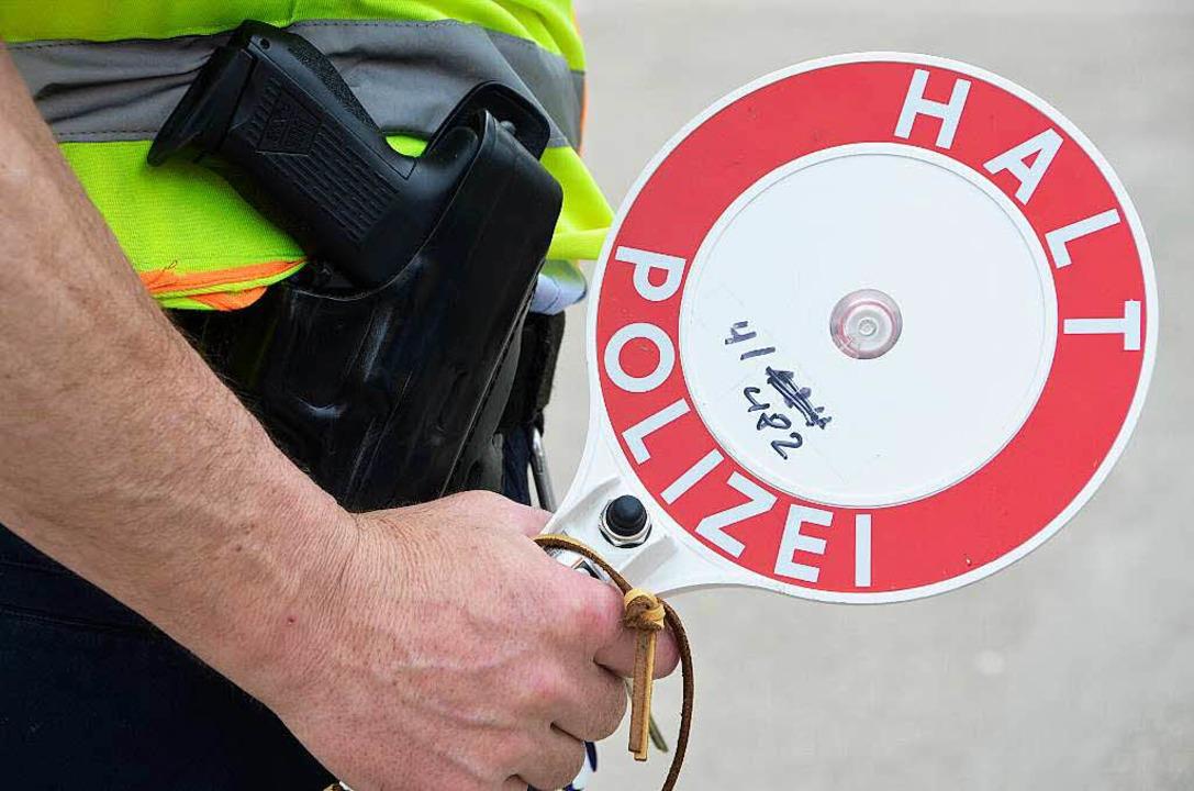 Mit gezückter Kelle wartet ein Polizei...tkestraße auf den nächsten Temposünder  | Foto: Helmut Seller