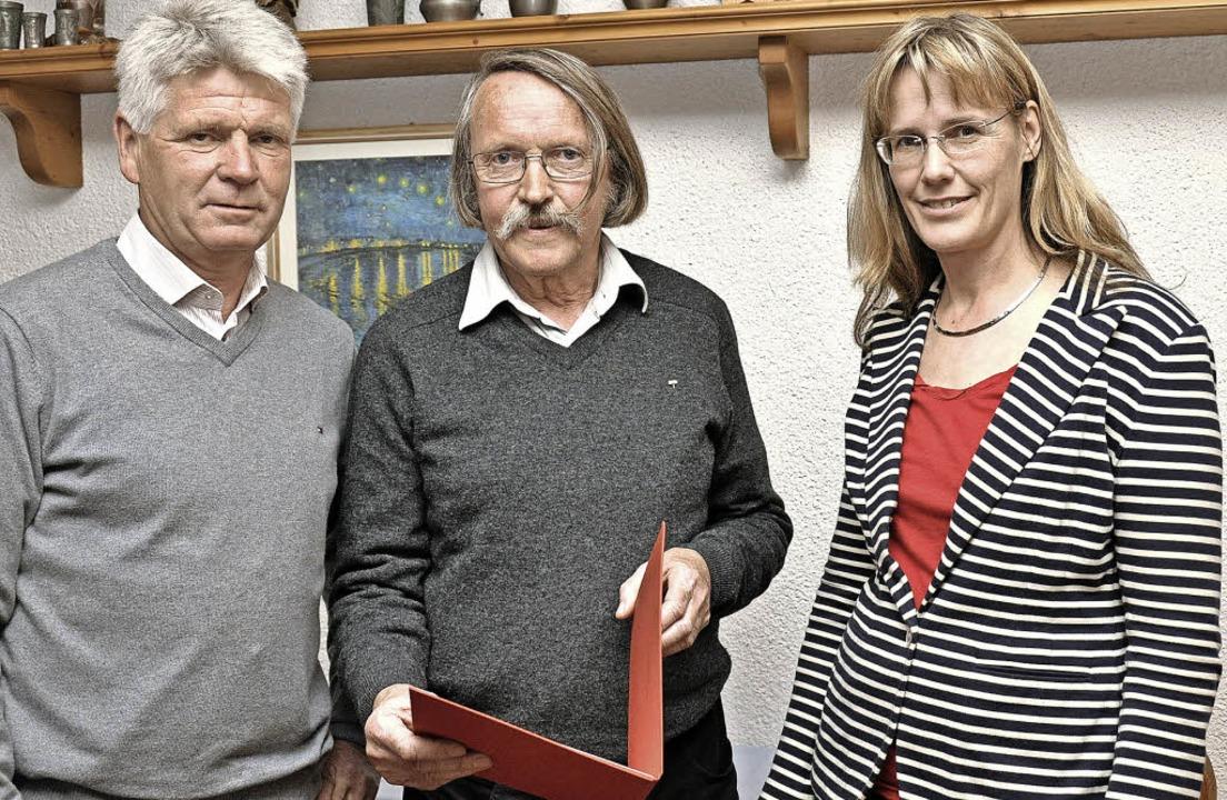 Seit 40 Jahren gehört Reinhard Klessin...ks),  mit Urkunde und Ehrennadel aus.   | Foto: Kai Kricheldorff