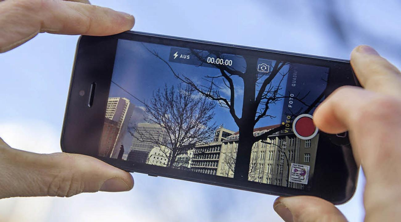 Gerade beim Filmen mit dem Smartphone ...ektische Bewegungen vermieden werden.   | Foto: Fotos: Andrea Warnecke (dpa)