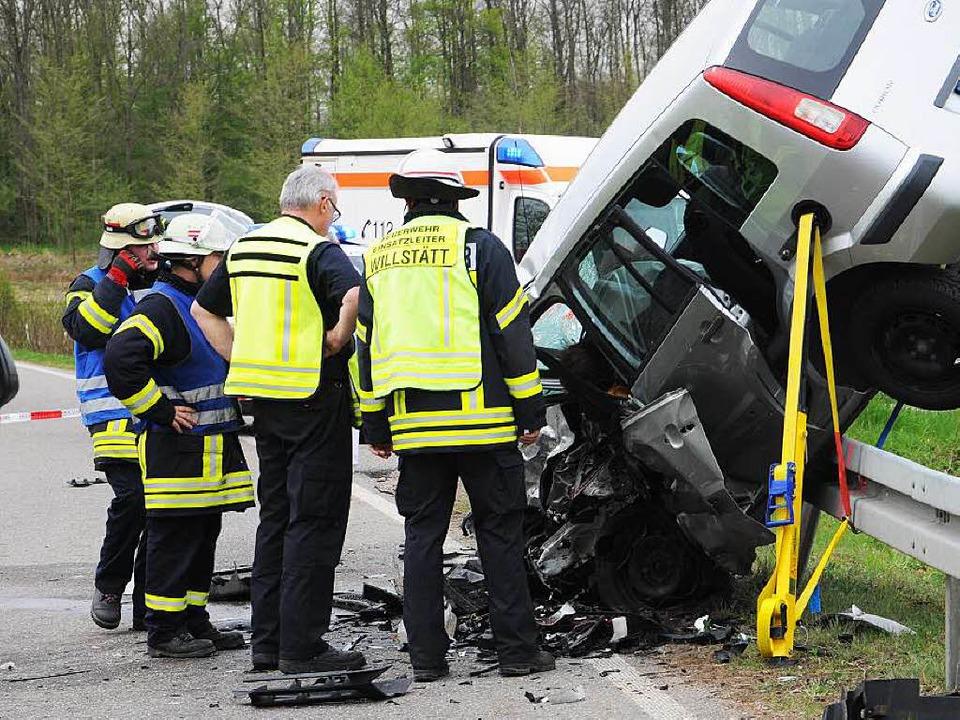 Bei dem schweren Unfall am Donnerstagn...r eingesetzt werden, eine Frau starb.   | Foto: löhnig