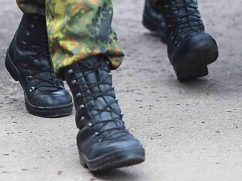 Mit Kampfstiefeln wie diesen trat der Feldwebel zu.   | Foto: dpa