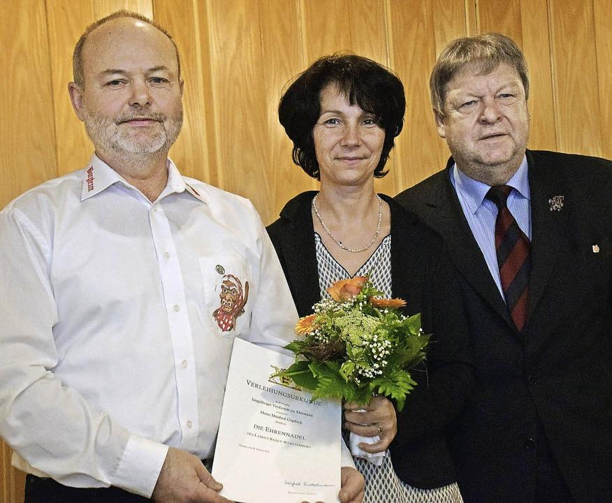 Manfred Göpfrich (links) erhielt für s...frau Regina das verdienstvolle Wirken.  | Foto: Fotos: Bleyer