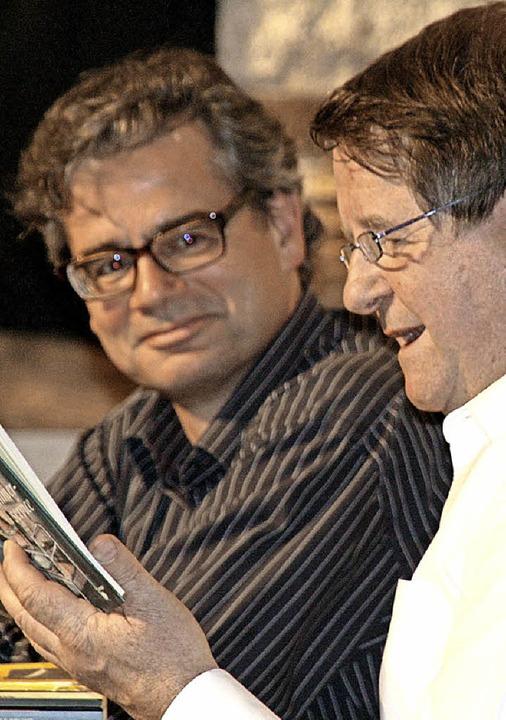 Wenn  zwei  Bücherbesessene talken: Ur... (links),  Hanspeter Müller-Drossaart   | Foto: Peter Schütz