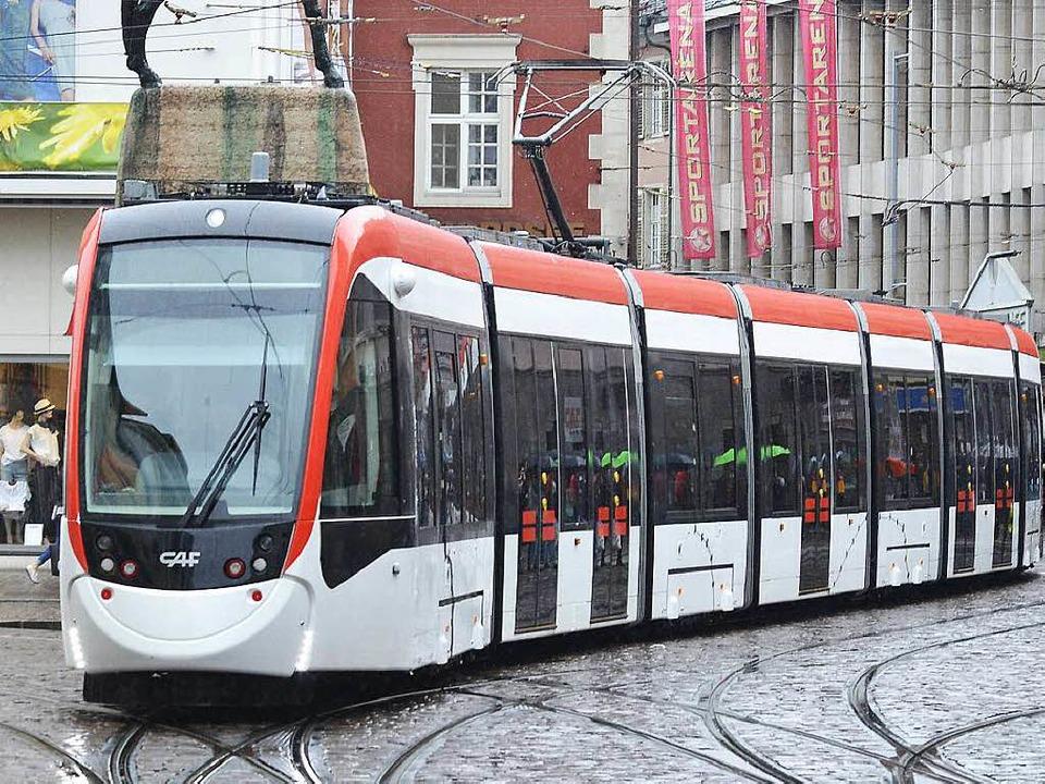 Freiburgs neue Straßenbahn kreuzt den Bertoldsbrunnen.  | Foto: Michael Bamberger