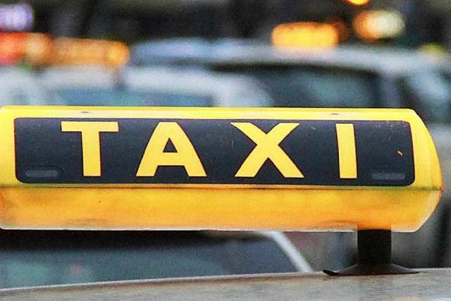 Partymeute fährt mit Taxi davon