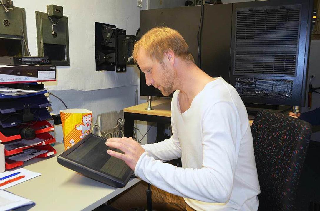Christian Larch bedient den neuen Proj...r ihm) im Kommunalen Kino in Breisach.  | Foto: Elisabeth Saller