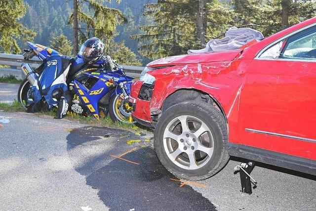 Unfall bei Bonndorf: Zwei Motorräder rasen in ein Auto