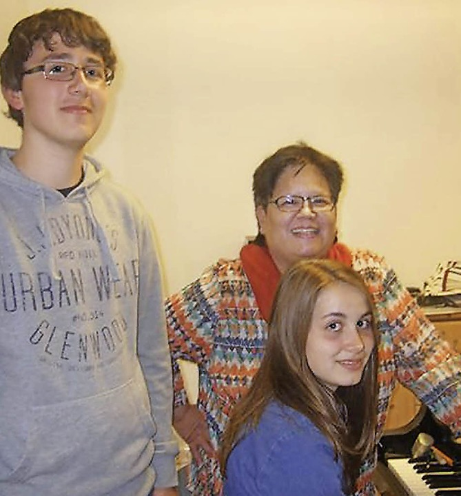 Joel Mayer, Nora Shashivari und Klavierlehrerin Eveline Vinh-Marinelli (hinten)   | Foto: zVg