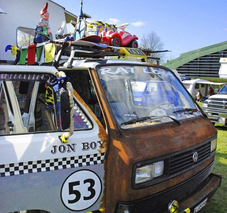Bulli-Parade: Auf dem Dach ist Platz v...Baureihen in Reih und Glied (rechts).   | Foto: Sophia Hesser