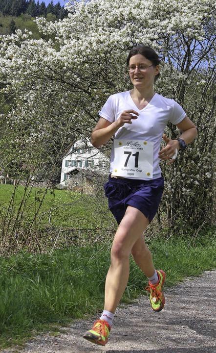 Den Frühling im Rücken: Frauensiegerin Stephanie Morath   | Foto: Stinn