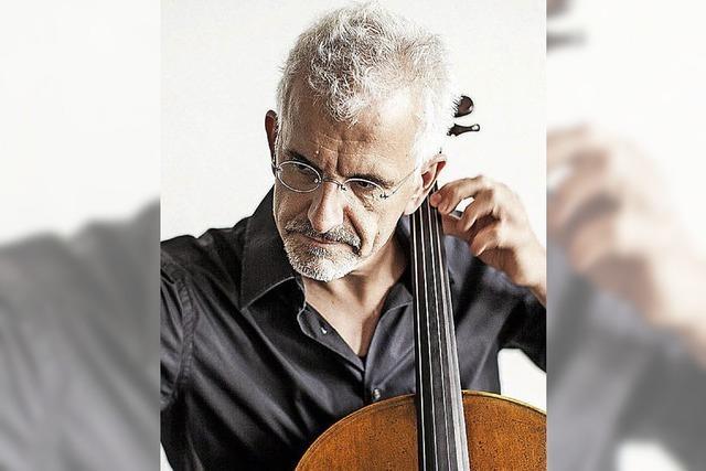 Der Cellist Juris Teichmanis spielt im Freiburger Humboldtsaal