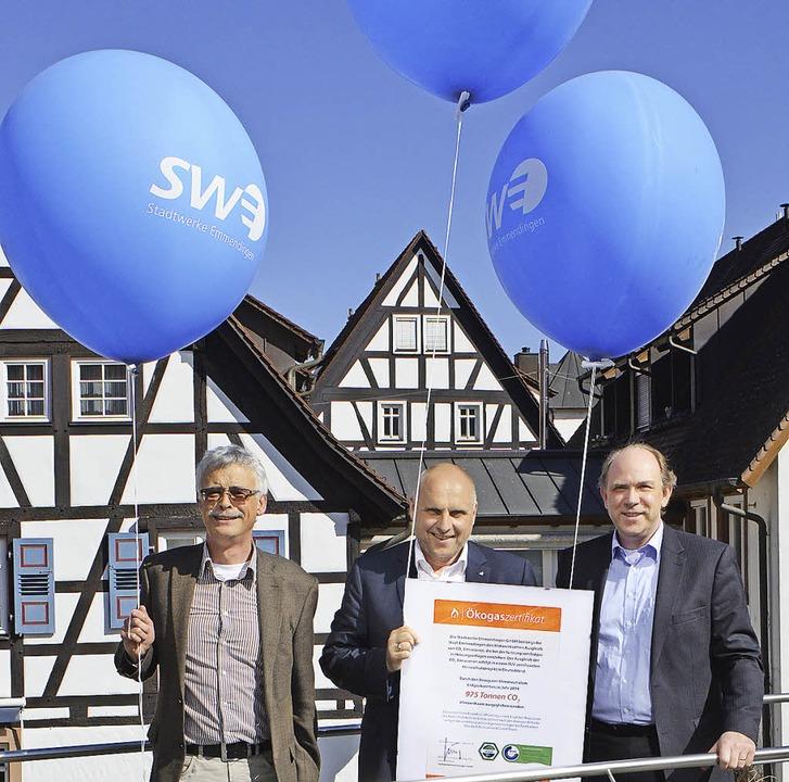 975000 solcher  mit CO<BZ-Texttief>2</...er Thomas Schmidt mit dem Zertifikat.   | Foto: Gerhard Walser