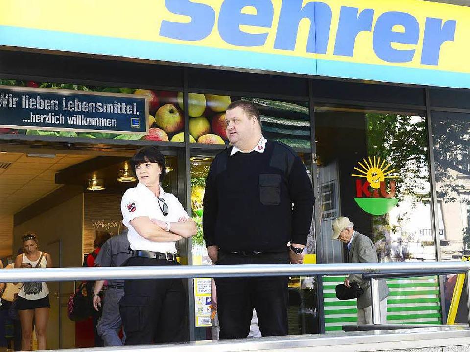 Mark Fehrenbach und Jaqueline Nolte vo...cherheit wachen vorm Edeka am Bahnhof.  | Foto: Ingo Schneider