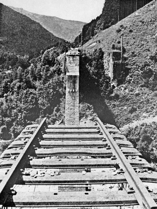 Nach der Sprengung des Ravennaviadukte...l 1945 laufen die Schienen ins Leere.     Foto: Repros: Dieter Maurer