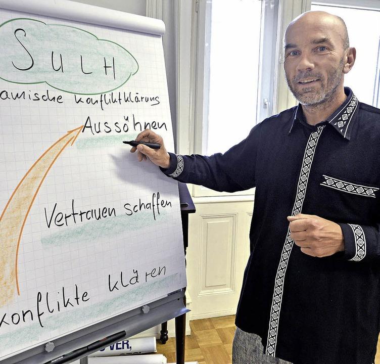 Hendrik Fenz forscht über Konfliktlösungen.     Foto: michael bamberger