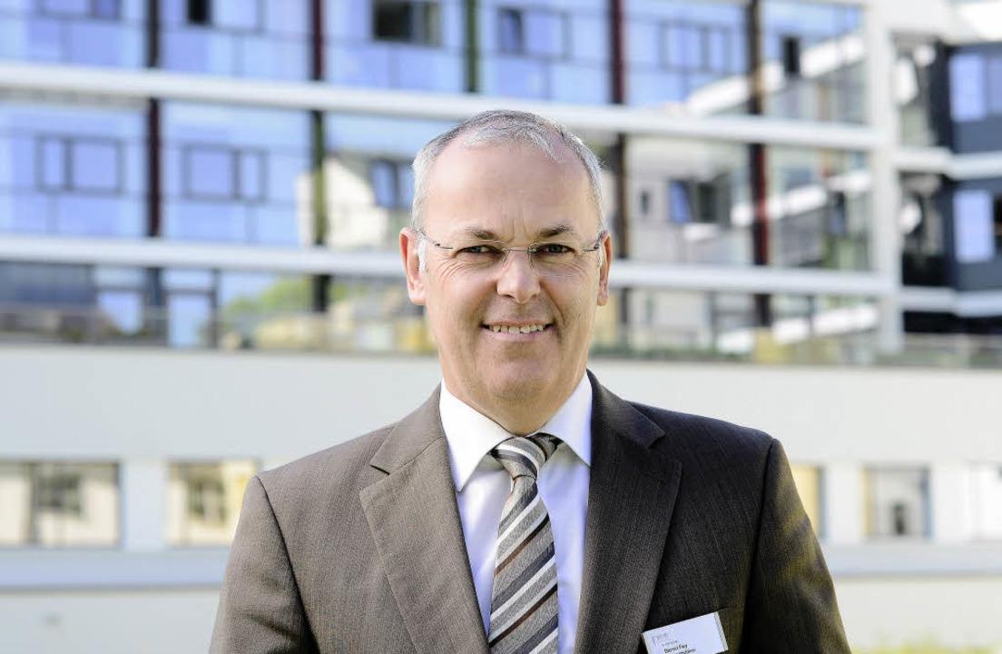 Bernd Fey, Geschäftsführer des RKK-Kli...or dem Neubau des Josefskrankenhauses     Foto: Ingo Schneider