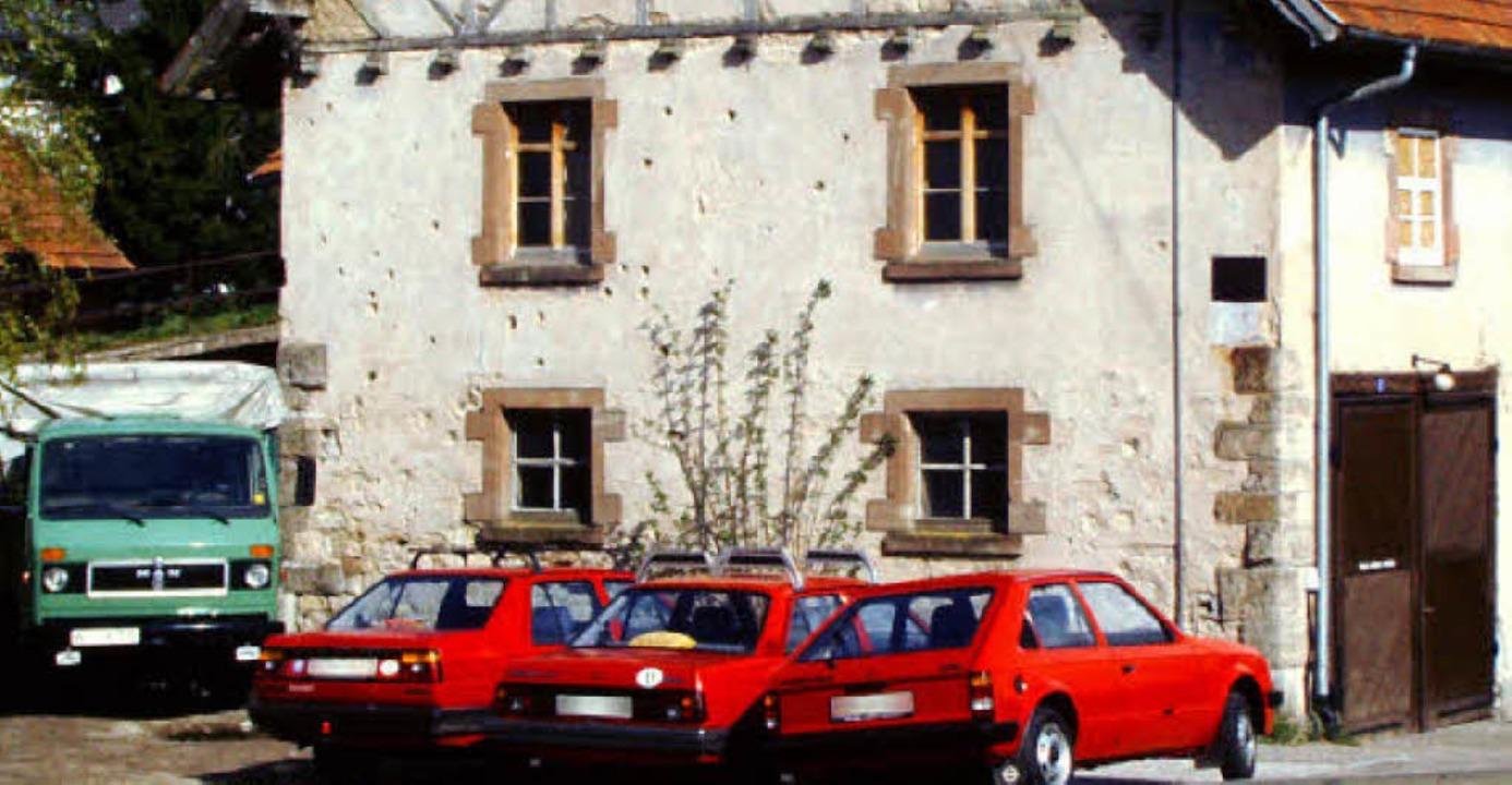 Am alten Farrenstall waren noch lange viele Einschusslöcher zu sehen.   | Foto: Privat