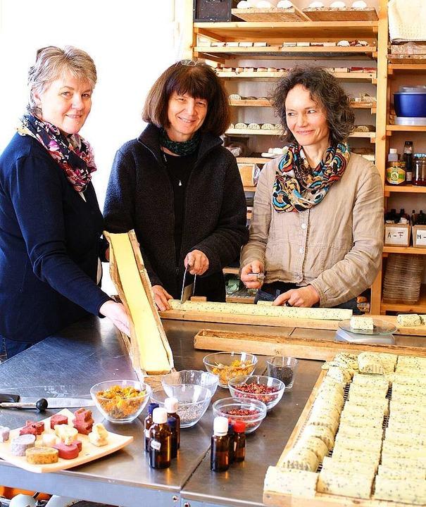 Adelheid Becherer (links) holt die get...d Monika Haiss schneiden Seifenstücke.  | Foto: Christine Speckner