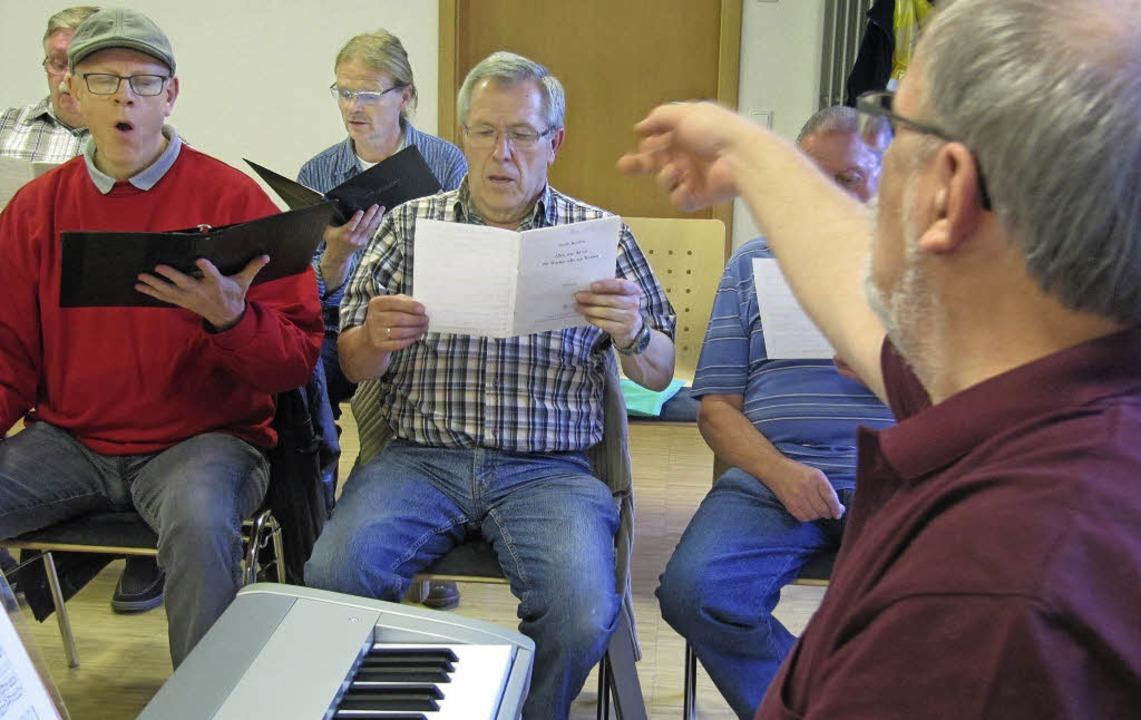 Chorleiter Michael Asal feilt mit den ...den Feinheiten der Buxtehude-Partitur.  | Foto: Susanne Filz