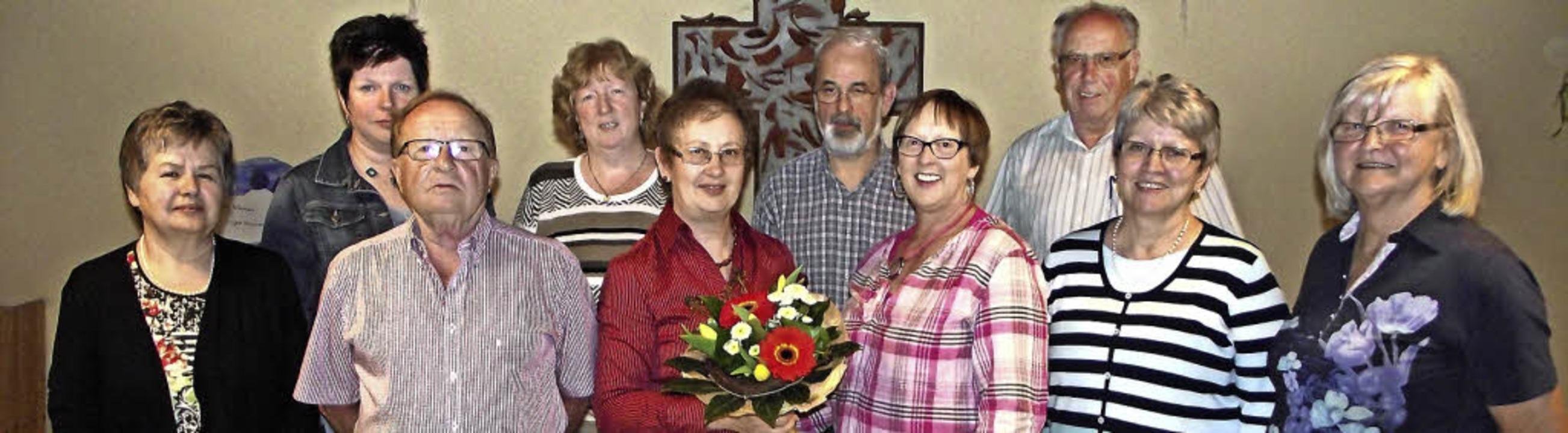 Petra Kuhn wurde zur neuen Vorsitzende...ter wurde für 45 Jahre Singen geehrt.   | Foto: Privat