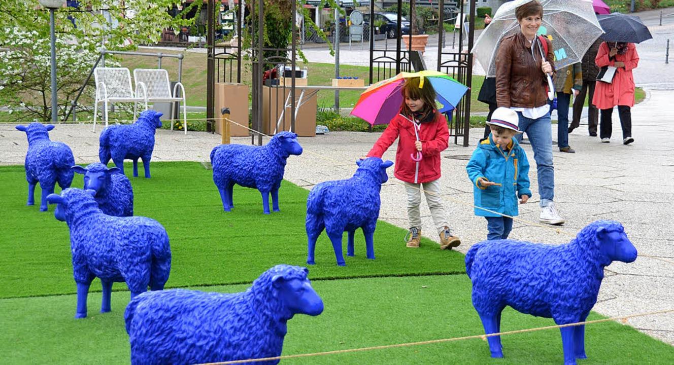 Rund 50 blaue Schafe weideten am Woche...Friedensherde im Kurpark Badenweiler.     Foto: Sigrid Umiger