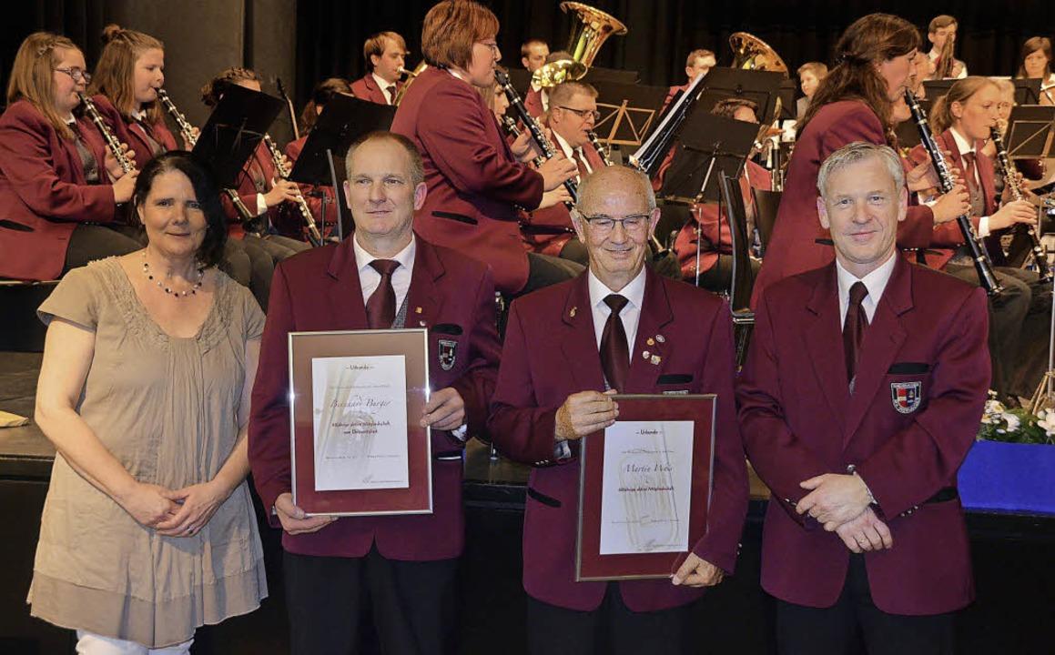 Bernhard Burger (links) und Martin Wei...se 60 Jahre aktives Musizieren geehrt.  | Foto: Jörg Schimanski