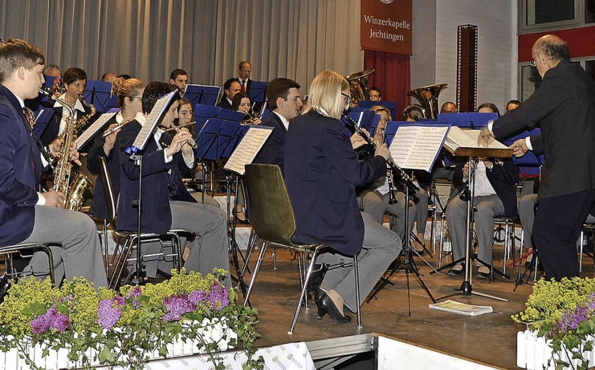 Sasbach. Der Musikverein Königschaffha...burghalle Sasbach beim Bühnenauftritt.    Foto: Roland Vitt