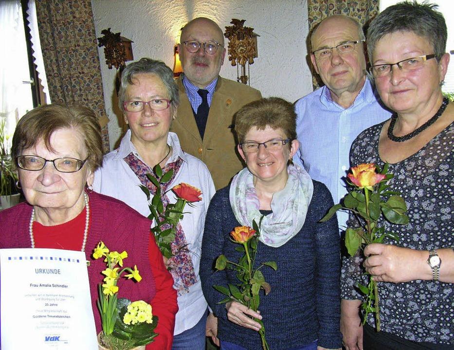 Der VdK ehrte treue Mitglieder für 10 ... den Geehrten mit Urkunden und Rosen.   | Foto: h.-jürgen Wehrle