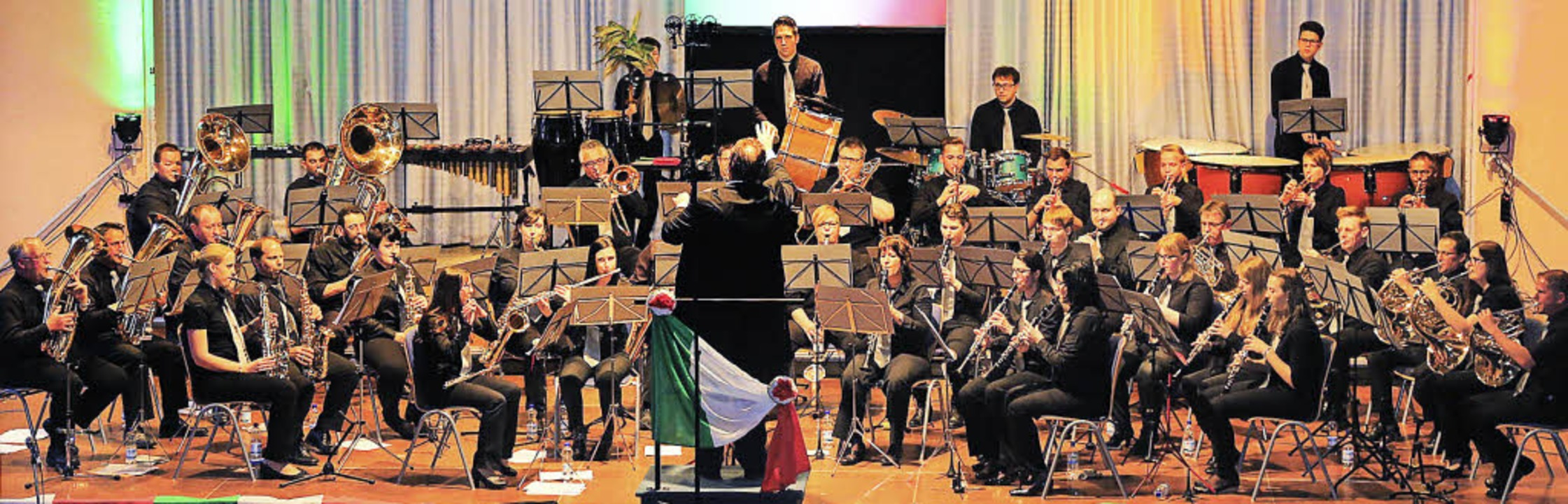 Die italienische Flagge hängt am Dirig...t Musik aus und über Italien gespielt.  | Foto: Sandra Decoux-Kone
