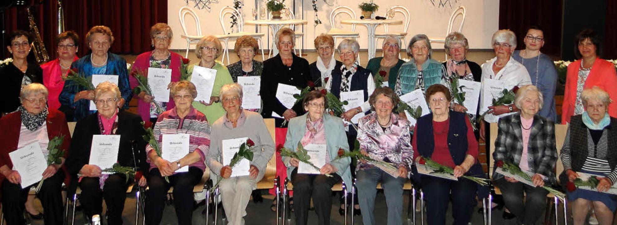 Beim Festakt der Oberrotweiler Landfrauen wurden 27 Gründungsmitglieder geehrt.   | Foto: Elisabeth Saller