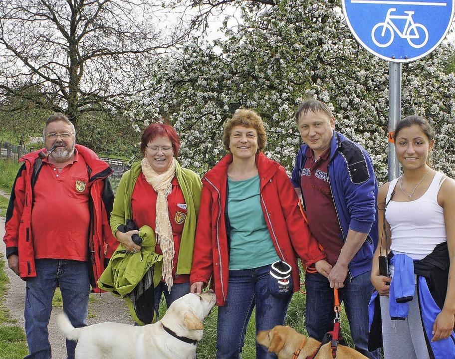 Fünf der mit 73 Wanderern größten Grup...en Hunden Ronia und Tyla unterwegs.     | Foto: Reinhard Herbrig