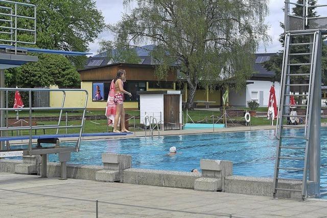 Schwimmbad ist eröffnet, Wetter spielt nicht mit