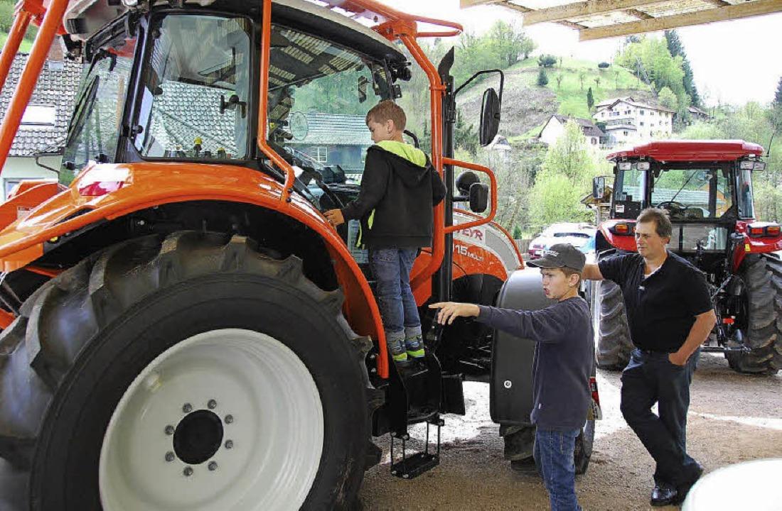 Stießen bei Jung und Alt gleichermaßen...teresse: die ausgestellten Traktoren.   | Foto: Edgar Steinfelder